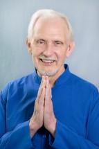 Sucesor espiritual de Swami Kriyananda, discípulo directo de Paramhansa Yogananda)